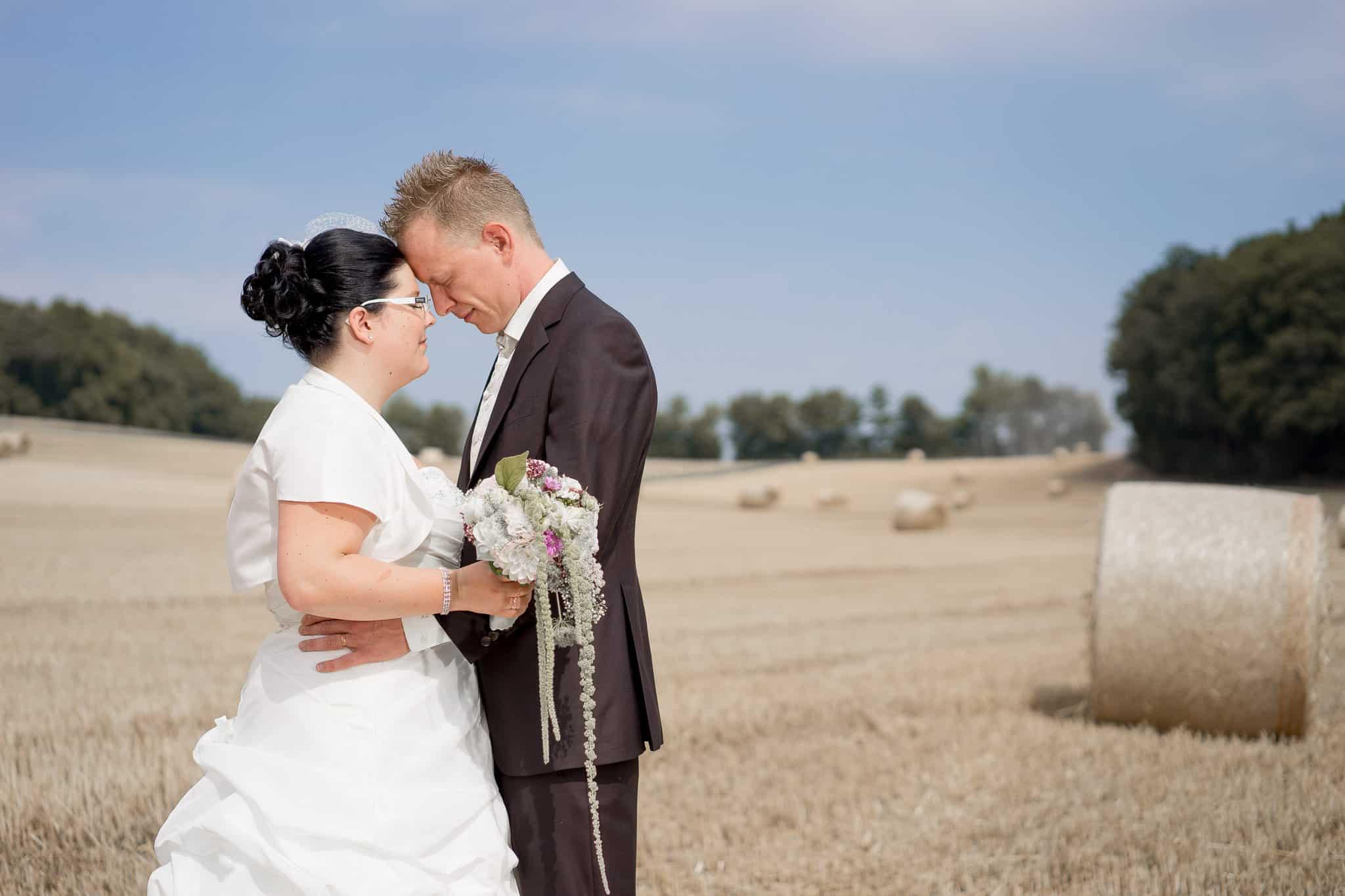 Wiese Heu Hochzeit aufgenommen von Fotograf in Kirchheimbolanden www.janweber.photography